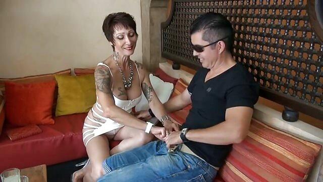 Das Mitglied wird in den Anus eines schönen Mädchens reife weib gelegt